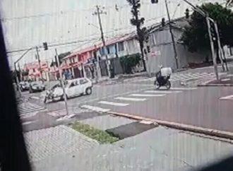 Vídeo mostra momento em que adolescente fura semáforo e atinge moto de socorrista no Paraná