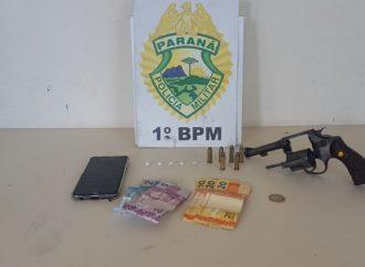 Vídeo: Em abordagem, PM apreende drogas, armamento e dinheiro com suspeitos