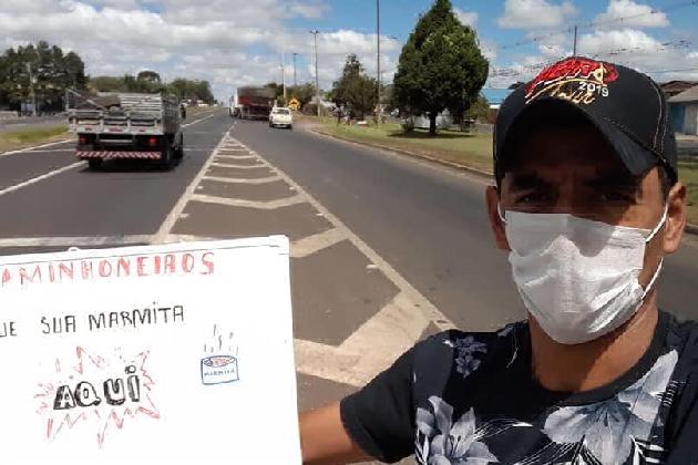 Voluntários realizam doação de marmitas para caminhoneiros na PR 151, em Carambeí
