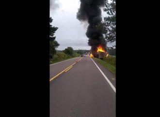 Acidente deixa caminhão em chamas nesta segunda-feira (2)