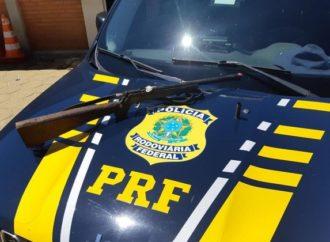 Sem habilitação e armado, rapaz é preso pela PRF