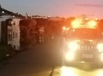 Caminhão tomba próximo a canteiro de obras em Ponta Grossa