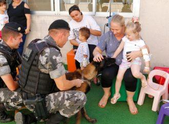 Fotos: 'Choque' e cão policial da PM fazem visita aos pacientes do Hospital da Criança