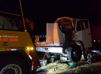 Vídeo: Em Ponta Grossa, caminhões colidem e motorista fica preso às ferragens