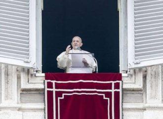 Papa faz 1ª aparição pública após ser acometido por gripe; Coronavírus foi descartado