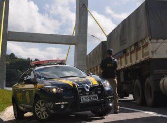 Suspeitos que roubaram caminhão e fizeram motorista de refém são presos pela PRF
