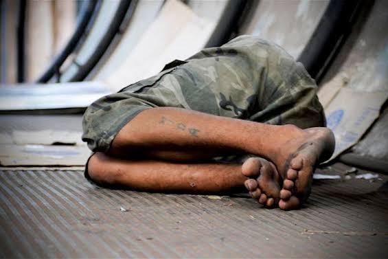 Para evitar o frio, ginásios são abertos para moradores de rua dormirem em PG