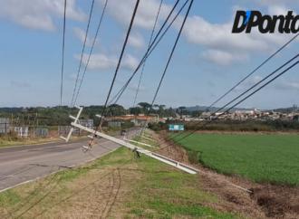 Vídeo: Vento derruba postes de energia na região de Castro