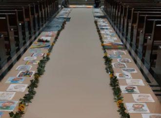 Paróquia Sant'Ana monta tapete de Corpus Christi com desenhos de alunos da catequese