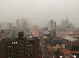 Vídeos: Moradores registram imagens do temporal em Ponta Grossa e região
