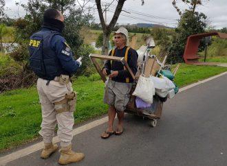 Projeto 'Vida nas Estradas' da PRF auxilia andarilhos durante pandemia