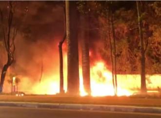 Avião de pequeno porte cai na Zona Norte de São Paulo e pega fogo