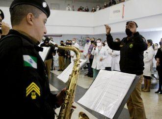 Polícia Militar presta homenagem aos profissionais do Hospital Universitário de PG
