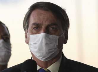 """Bolsonaro culpa TV Globo por parte das 100 mil mortes de COVID-19 no Brasil, """"só espalhou o pânico na população"""""""