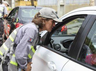 Taxistas, motoristas de aplicativo e motoboys podem ter até 78 pontos em multas sem perder a habilitação