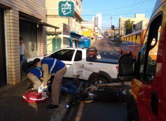 Vídeo: Acidente no centro de Ponta Grossa deixa motociclista ferido