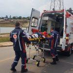 Vídeo: Motociclista fica ferido após colisão e familiares reclamam da demora no atendimento