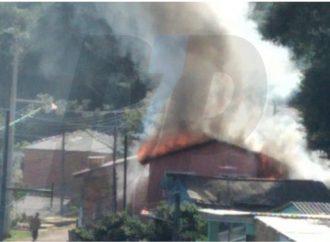 Vídeo: Incêndio em residência de PG assusta moradores e movimenta equipes do Corpo de Bombeiros