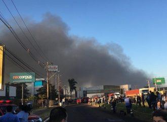 Incêndio em shopping de Maringá já dura mais de seis horas
