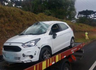 Após capotamento, homem fica ferido em acidente nos Campos Gerais