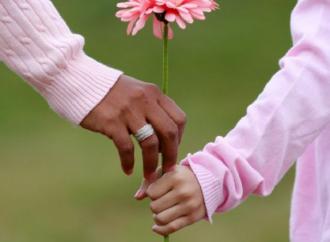 Após engravidar usando uma seringa, mulher procura a justiça para ser reconhecida como mãe