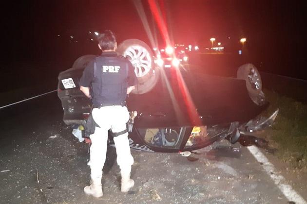 Carro capota após sair de pista em PG e deixa três pessoas feridas