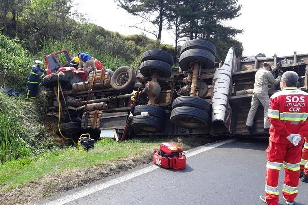 Caminhão tomba em acidente em Ponta Grossa e vítima fica presa às ferragens