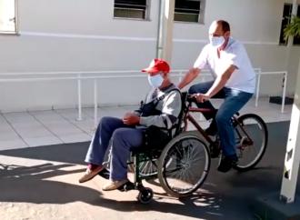 Bicicleta adaptada proporciona passeios para idosos cadeirantes em Instituição de PG
