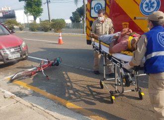 Vídeo: Ciclista sofre corte profundo no pescoço após colidir com porta de carro em Ponta Grossa