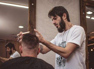 Fugindo da perseguição a cristãos na Síria, barbeiro faz sucesso em PG com cortes modernos e personalizados