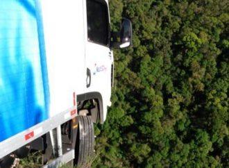 Vídeo: Caminhão fica 'pendurado' após acidente em Santa Catarina