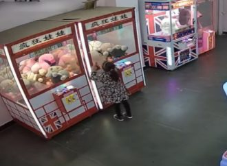 Vídeo: Criança de quatro anos fica presa dentro de máquina de brinquedos