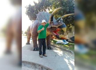 Escultor paranaense produz dinossauros gigantes no quintal de casa; veja fotos
