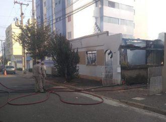 Família pede ajuda após incêndio destruir a residência na Vila Estrela