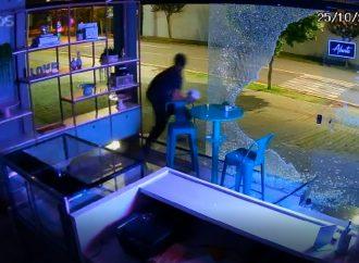 Vídeo: Ladrão atrapalhado 'dá de cara' com vidraça durante furto no Paraná