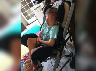 Família pede doações para a compra de cadeira de rodas especial que custa cerca de R$ 20 mil reais